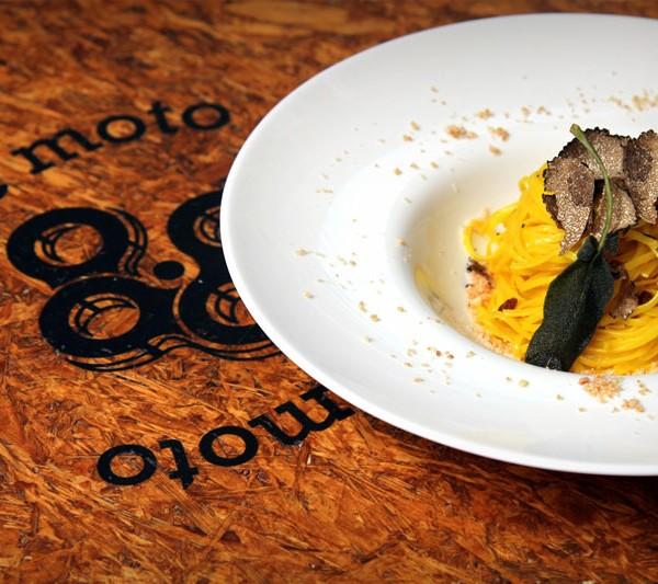 Tagliolini al tartufo nero, uvetta sultanina, granella di parmigiano e amaretto, salvia fritta