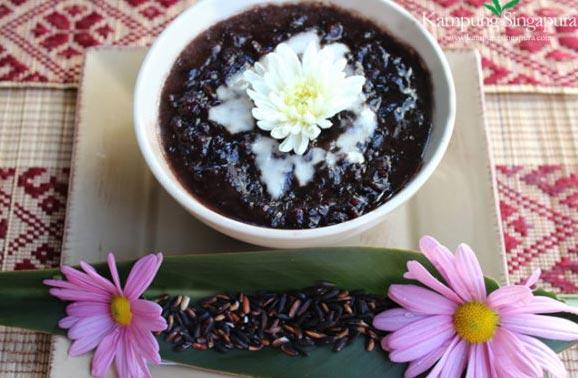 Dolce di riso nero glutinoso servito con latte di cocco