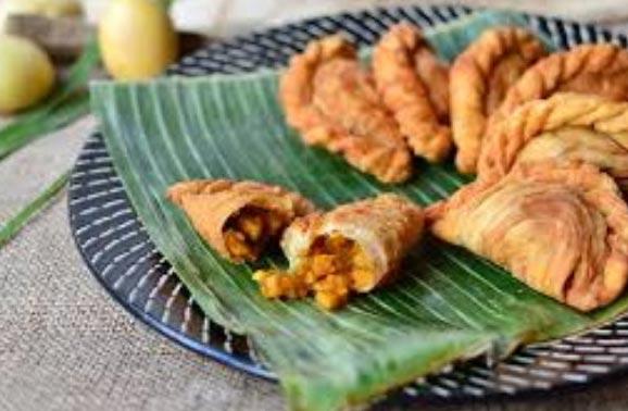 Karipap - Tortine fritte ripiene di manzo, patate e spezie al curry