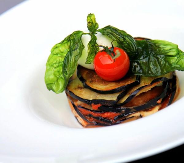 Millefoglie di melanzane, mozzarella di bufala DOP e olio al basilico