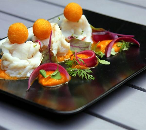 Nidi di merluzzo al vapore, crema di carote e zenzero, bignè di polenta e cipolla rossa in agrodolce
