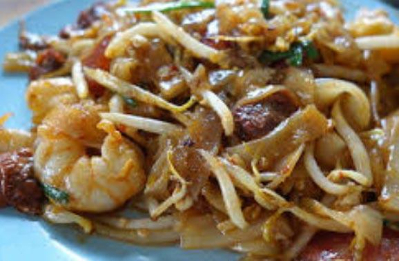 Tagliatelle di riso con germogli di soia e gamberi